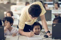 北碧泰国- 7月11日:未认出的学生研究 库存照片