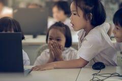 北碧泰国- 7月11日:未认出的学生研究 免版税库存图片