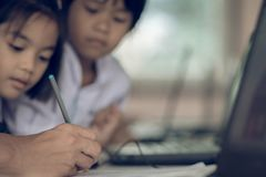 北碧泰国- 7月11日:未认出的学生研究 库存图片