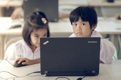 北碧泰国- 7月11日:未认出的学生研究 免版税库存照片