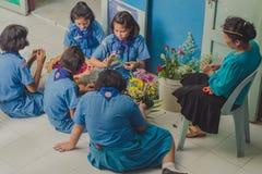 北碧泰国- 6月13日:未认出的老师和男孩s 库存照片