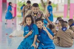 北碧泰国- 6月13日:未认出的老师和男孩s 免版税库存照片