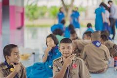北碧泰国- 6月13日:未认出的老师和男孩s 库存图片