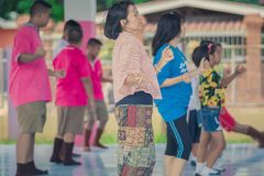 北碧泰国- 5月24日:未认出的老师和stude 免版税库存照片