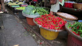 北碧,泰国- 2014年2月:穿过市场的火车 股票视频