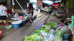 北碧,泰国- 2014年2月:穿过市场的火车 影视素材