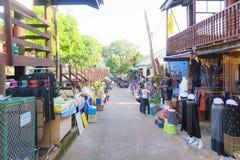 北碧,泰国- 2016年12月-游人购物在 库存图片