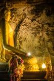 北碧, TH - 11月13日:在Krasae洞的菩萨图象作为道路线铁路世界大战2一部分地方记录 库存图片
