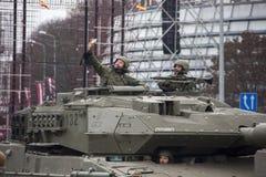 北约坦克和战士军事游行的在里加,拉脱维亚 2017年11月18日 以纪念拉脱维亚的宣布的游行Novembe的 免版税库存照片