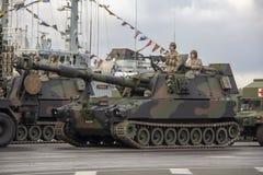 北约坦克和战士军事游行的在里加,拉脱维亚 库存照片