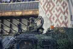 北约坦克和战士军事游行的在里加,拉脱维亚 图库摄影