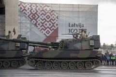 北约坦克和战士军事游行的在里加,拉脱维亚 免版税库存照片