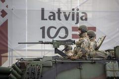 北约坦克和战士军事游行的在里加,拉脱维亚 免版税图库摄影