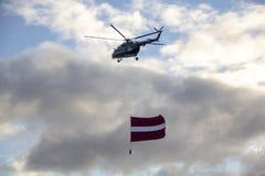 北约直升机和飞机有旗子的在军事游行在里加,拉脱维亚 库存图片