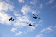 北约直升机和飞机有旗子的在军事游行在里加,拉脱维亚 免版税库存照片