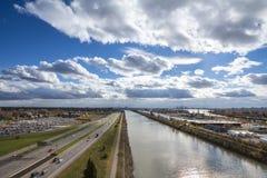 北美洲工业风景在朗基尔,在蒙特利尔,魁北克,加拿大的郊区,有一条大高速公路或者高速公路的 免版税库存照片