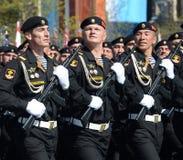 北舰队沿海军队的海军陆战队员海军陆战队员第61分开的希尔克内斯旅团在游行彩排的在红色squa的 免版税库存照片