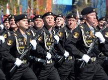 北舰队沿海军队的海军陆战队员海军陆战队员第61分开的希尔克内斯旅团在游行彩排的在红色squa的 库存图片