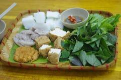 北越南面条服务与豆腐、蒸的猪肉、虾酱和菜 库存照片