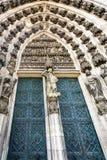 北部入口的门对科隆大教堂的 库存图片