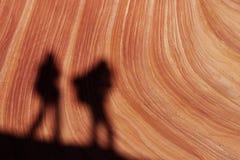 北部土狼的小山的远足者 免版税库存图片