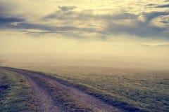 北部奥地利ober osterreich的被割的草甸在有薄雾的mornig十字架 免版税库存图片
