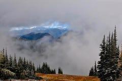 北部小瀑布风景在一个多云晚上 库存图片