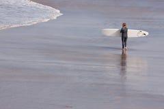 北部德文郡海滩的英国冲浪者女孩 免版税库存图片