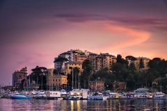 北部意大利海村庄日落小插图紫色天空-拉帕洛-热那亚-意大利语里维埃拉 免版税库存图片