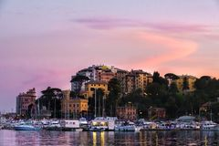北部意大利海村庄日落紫色清楚的天空-拉帕洛-热那亚-意大利语里维埃拉 图库摄影