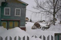 北部木房子在村庄 图库摄影