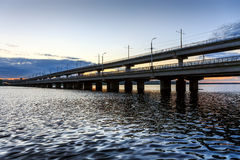 北部桥梁-在沃罗涅日市,俄罗斯开汽车桥梁通过水库 日落、河或者湖拷贝空间的 免版税库存照片