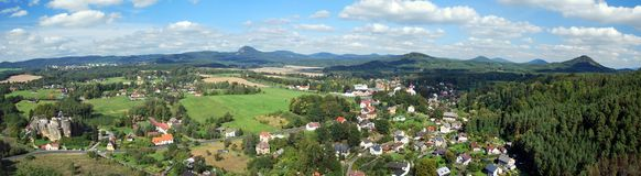 北部波希米亚风景全景从rozhledna Na Strazi监视的 免版税库存图片