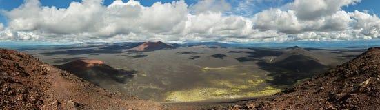 北部突破巨大扎尔巴奇克火山裂痕爆发炭渣锥体1975年 库存照片