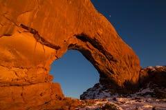 北部窗口曲拱宽看法在日落的在冬天 库存图片