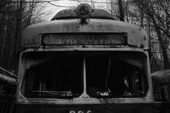 北部驻地摒弃台车坟园在森林 免版税库存照片