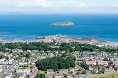 北部Berwick看法和从Nort的海岛艾尔萨岩 库存照片