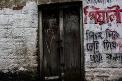北部kolkata狭窄的街道与街道画的在墙壁上 免版税库存照片