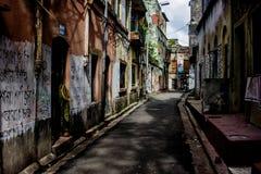 北部kolkata狭窄的街道与街道画的在墙壁上 免版税库存图片