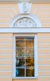 北门面窗口Mikhailovsky宫殿,修造状态俄国博物馆在圣彼德堡,俄罗斯 免版税图库摄影