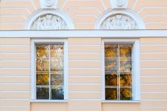北门面窗口Mikhailovsky宫殿,修造状态俄国博物馆在圣彼德堡,俄罗斯 图库摄影