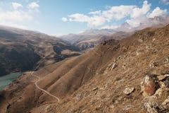 北高加索的高山风景 从一个湖和一条土路的高度的一张快照在背景 图库摄影