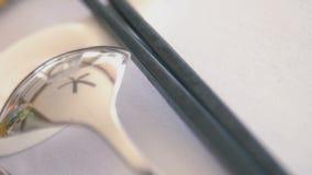 匙子和中国筷子在桌上 股票视频