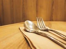 匙子和叉子在木桌上 图库摄影