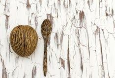 匙子和坚果在一个木板 库存照片