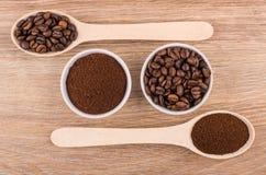 匙子和碗用碾碎的咖啡和烤咖啡豆 图库摄影