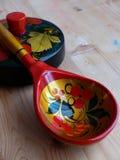 匙子和碗筷 特写镜头 Khokhloma -一个古老俄国民间工艺XVII世纪 传统元素Khokhloma 免版税库存图片