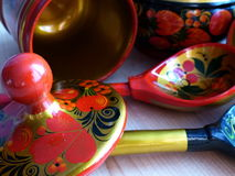 匙子和碗筷 特写镜头 Khokhloma -一个古老俄国民间工艺XVII世纪 传统元素Khokhloma 库存照片