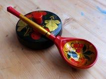 匙子和碗筷 特写镜头 Khokhloma -一个古老俄国民间工艺XVII世纪 传统元素Khokhloma 免版税图库摄影