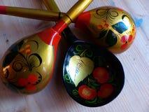 匙子和碗筷 特写镜头 Khokhloma -一个古老俄国民间工艺XVII世纪 传统元素Khokhloma 免版税库存照片